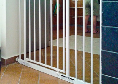 Kitchen gate blocks access to many hazards - Mirdiff